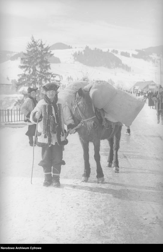 Obiekt Stary Hucuł z Żabiego, prowadzący konia. z jednostki Huculskie typy ludowe