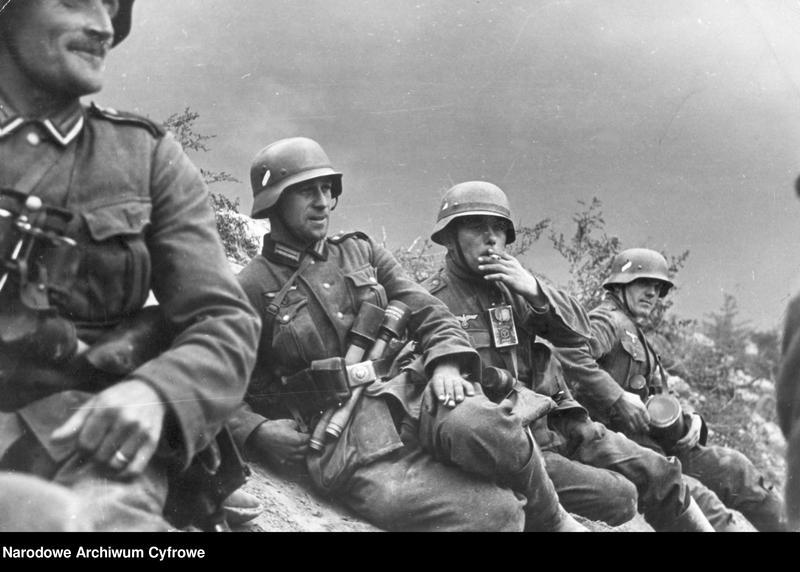 """Obraz 2 z jednostki """"Żołnierze niemieccy w okopach podczas walk o Warszawę"""""""