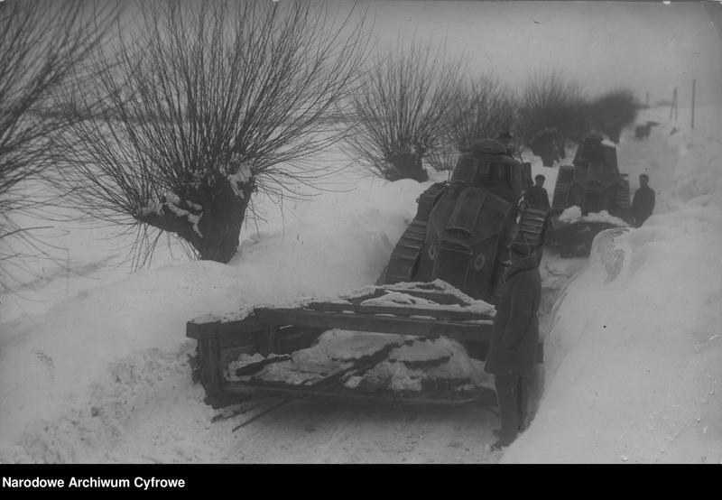 """Obraz 1 z jednostki """"Czołgi z 2 Batalionu Pancernego w Żurawicy podczas odśnieżania dróg"""""""