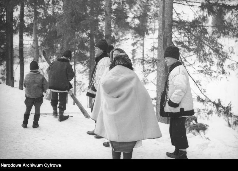Obiekt Grupa Hucułów na zaśnieżonej drodze na tle drzew. z jednostki Huculskie typy ludowe