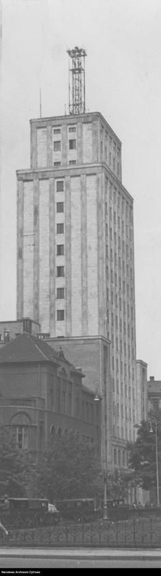 budynek Prudentialu w Warszawie w latach 1937–1939, na dachu widoczna kratowa konstrukcja anteny Eksperymentalnej Stacji Telewizyjnej