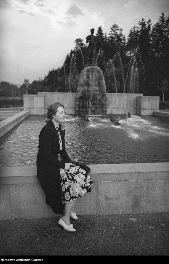 """Obiekt Posąg """"Źródła Wisły"""" przedstawiający dziewczynę. Kobieta siedząca na murze. z jednostki Wisła"""