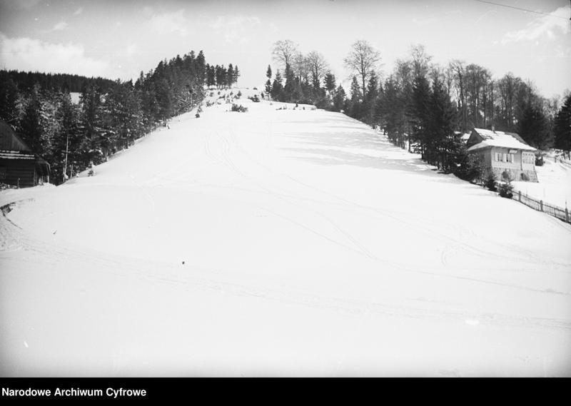 Obiekt Panoramiczny widok miejscowości i okolicznych wzgórz zimą. Widoczne zabudowania. z jednostki Wisła