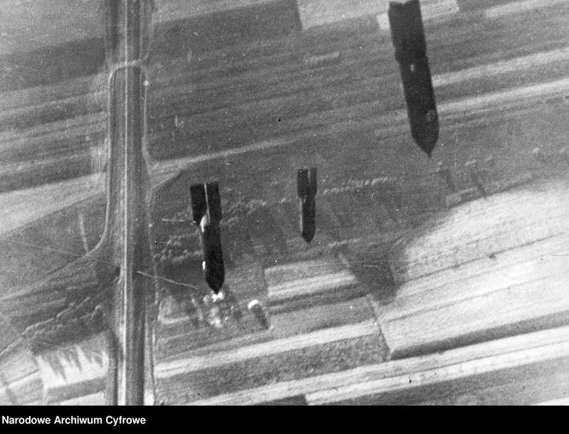 """Obraz 2 z jednostki """"Bombardowanie linii kolejowej przez niemieckie samoloty"""""""