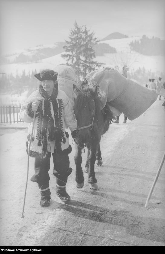 Obiekt Hucuł w Żabiem prowadzący konia. z jednostki Huculskie typy ludowe