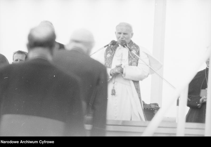 """Obraz 12 z jednostki """"Spotkanie papieża Jana Pawła II z wiernymi w Gębarzewie pod Gnieznem podczas I pielgrzymki do Polski"""""""
