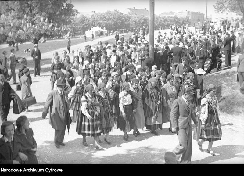 Obiekt Grupa kobiet w strojach ludowych podczas przemarszu. z jednostki Częstochowa
