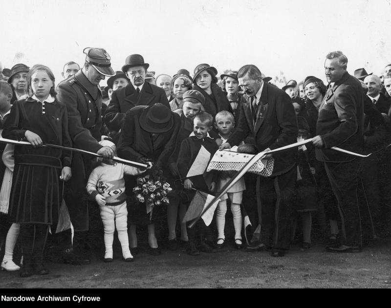 """Obraz 4 z jednostki """"Uroczyste otwarcie w Babicach osiedla im. Aleksandry Piłsudskiej dla weteranów walk o niepodległość"""""""