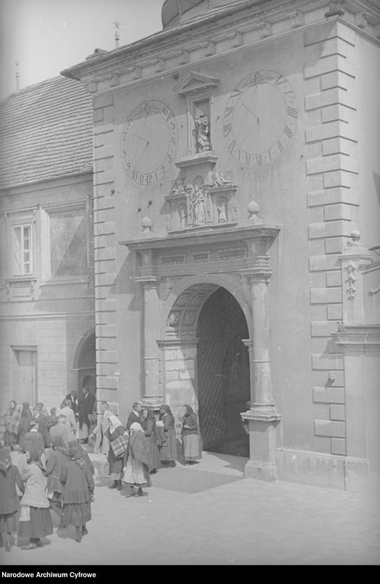 Obiekt Ludzie przed wejściem do klasztoru. z jednostki Częstochowa
