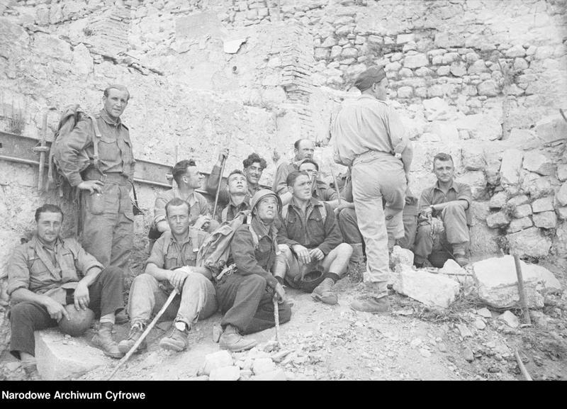 """Obraz 5 z jednostki """"Pobojowisko po bitwie o Monte Cassino - zniszczenia, jeńcy i chowanie poległych"""""""