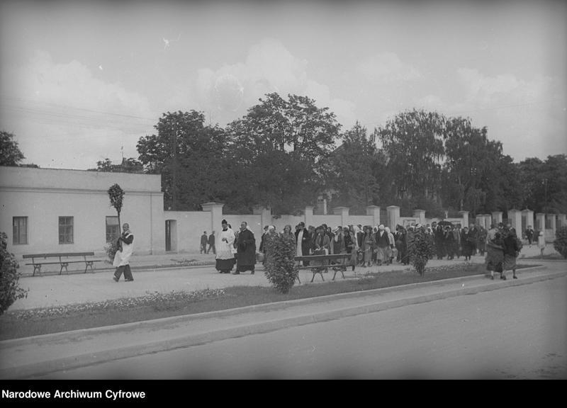 Obiekt Grupa osób pielgrzymująca ulicami miasta. z jednostki Częstochowa