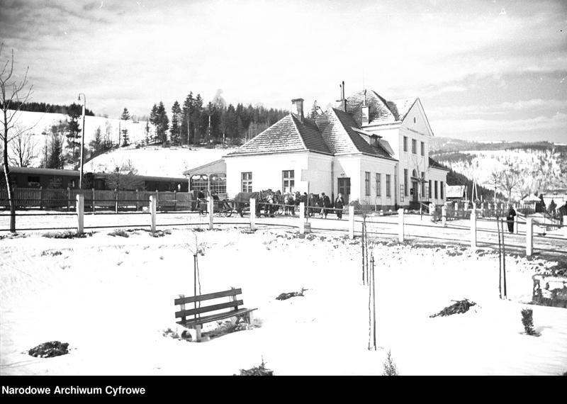 Obiekt Stacja kolejowa zimą. Widoczne konne zaprzęgi. z jednostki Wisła