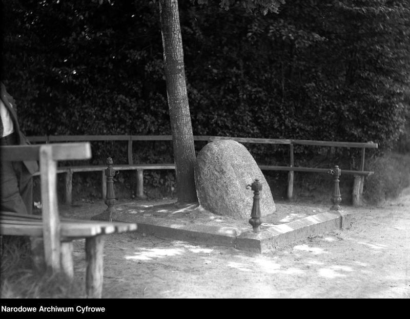 """Obraz z jednostki """"Pomnik (kamień) gen. Józefa Hallera upamiętniający odzyskanie przez Polskę wybrzeża Bałtyku w Pucku"""""""