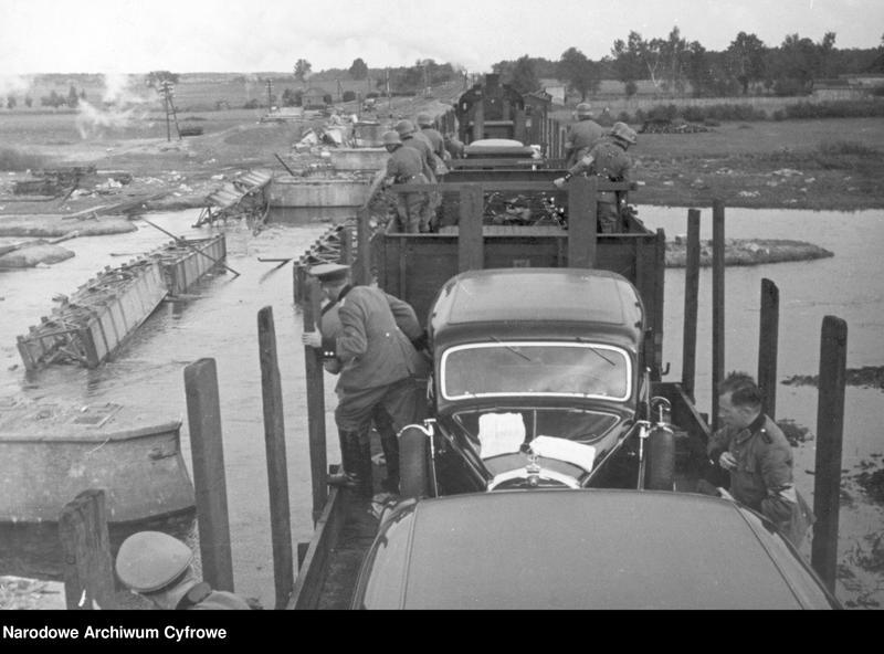 """Obraz 2 z jednostki """"Przeprawa wojsk niemieckich przez rzekę w okolicach Radomia"""""""