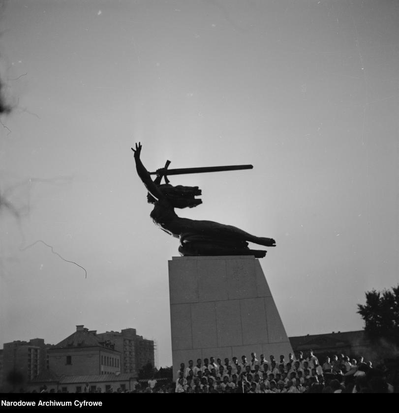 """Obraz 10 z jednostki """"Odsłonięcie Pomnika Bohaterów Warszawy (Nike) na pl. Teatralnym w Warszawie"""""""