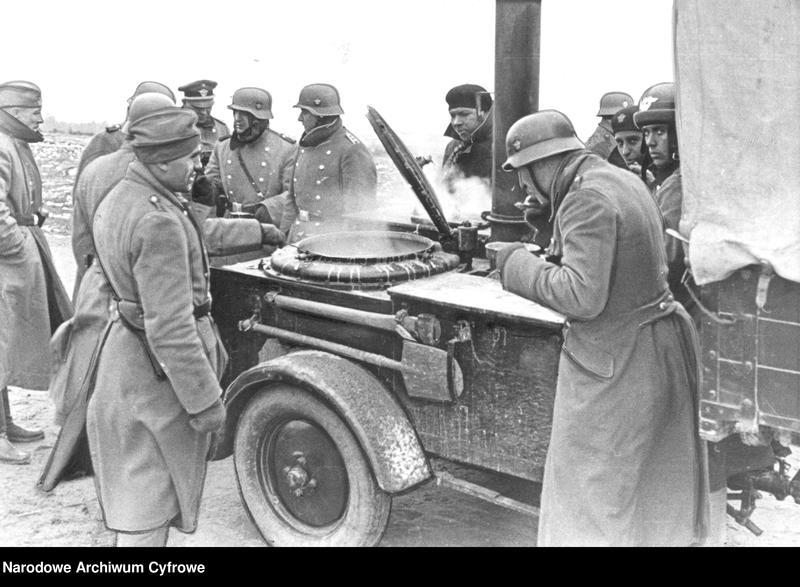 """Obraz 2 z jednostki """"Niemieccy żandarmi przy kuchni polowej"""""""