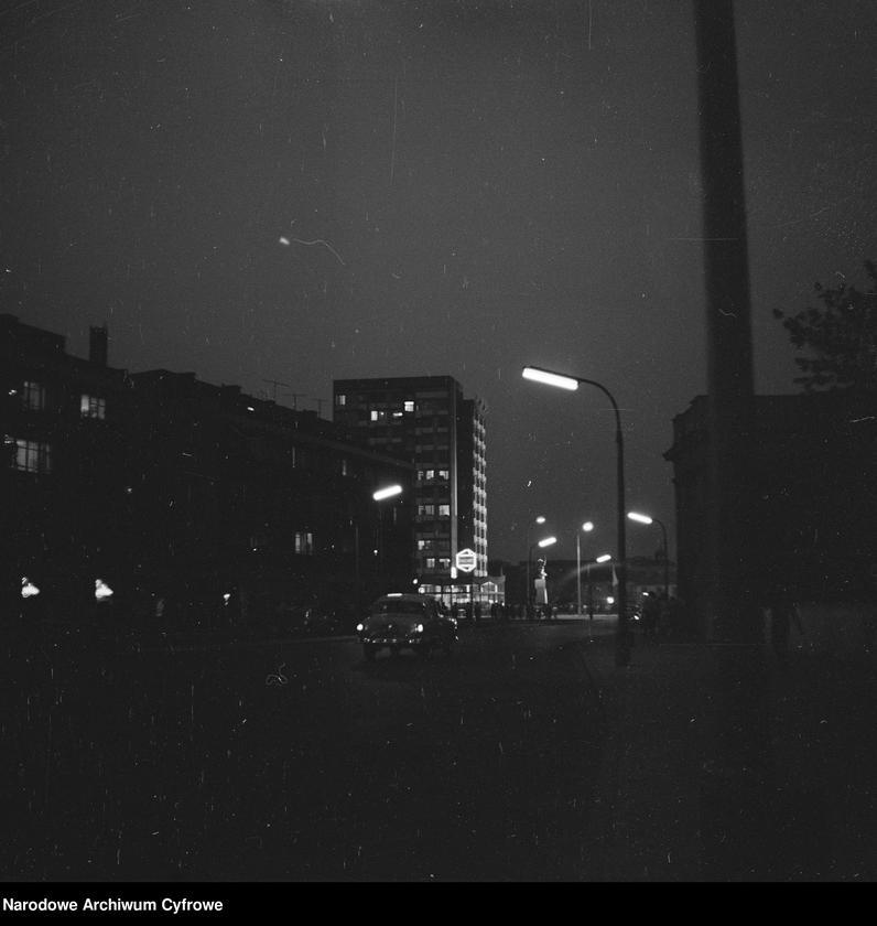 Obiekt Widok na oświetlony pomnik od strony pl. Dzierżyńskiego. Widoczny neon przy skrzyżowaniu z ul. Bielańską. z jednostki Odsłonięcie Pomnika Bohaterów Warszawy (Nike) na pl. Teatralnym w Warszawie