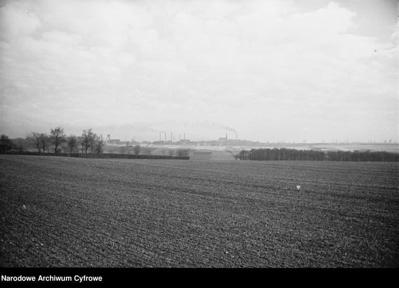 Obiekt Ogólny widok na zabudowania przemysłowe w oddali. z jednostki Krajobraz śląski