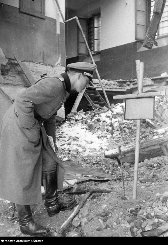 """Obraz 1 z jednostki """"Warszawa. Grób żołnierza niemieckiego w ruinach domu"""""""