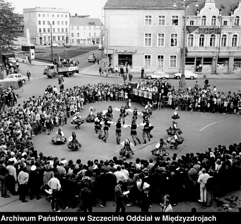 """Obraz z jednostki """"FAMA 1968 r. - Zespół ludowy na Placu Wolności"""""""
