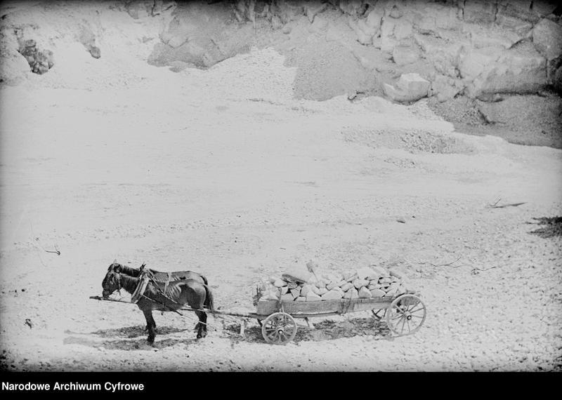 Obiekt Fragment kamieniołomu. Wóz konny wypełniony kamieniami. z jednostki Częstochowa