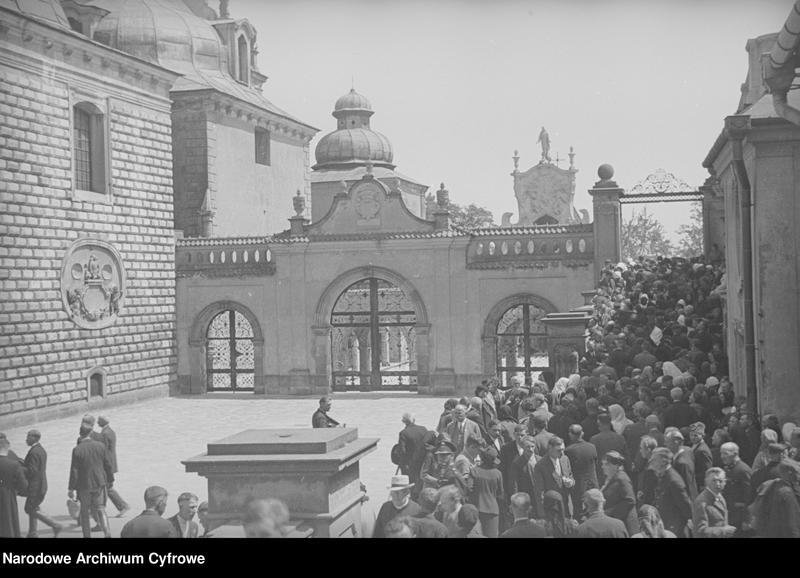 Obiekt Tłum wiernych na terenie klasztoru. z jednostki Częstochowa