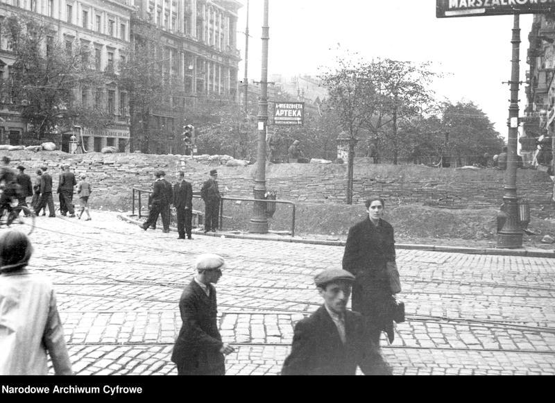 """Obraz 2 z jednostki """"Warszawa. Barykada na rogu. ul. Marszałkowskiej i Alej Jerozolimskich"""""""