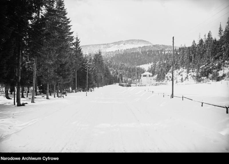 Obiekt Panoramiczny widok miejscowości i okolicznych wzgórz zimą. z jednostki Wisła