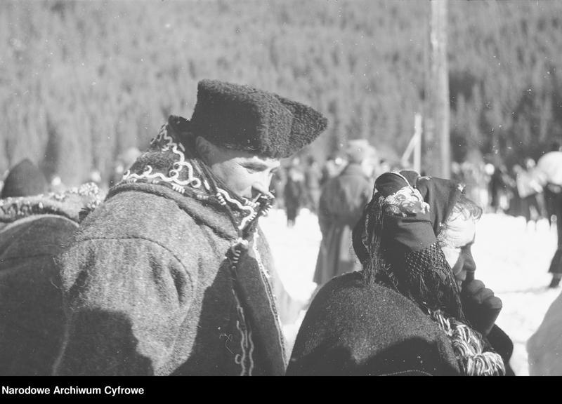 Obiekt Huculi z Żabiego w zimowych płaszczach huculskich. z jednostki Huculskie typy ludowe