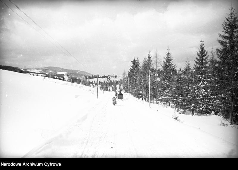 Obiekt Panoramiczny widok miejscowości i okolicznych wzgórz zimą. Widoczny zaprzęg konny z saniami. z jednostki Wisła