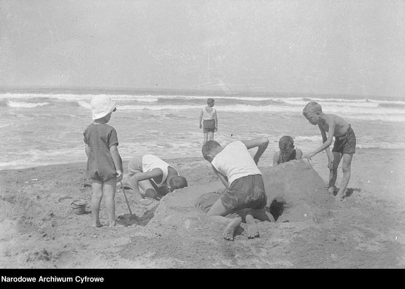 """Obraz 12 z jednostki """"Wypoczynek rodziny Lis-Olszewskich na plaży w Viareggio"""""""
