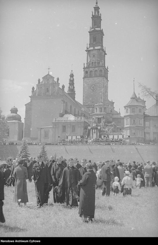 Obiekt Widok ogólny zabudowań klasztornych. Widoczny ołtarz z obrazem Matki Boskiej. z jednostki Częstochowa