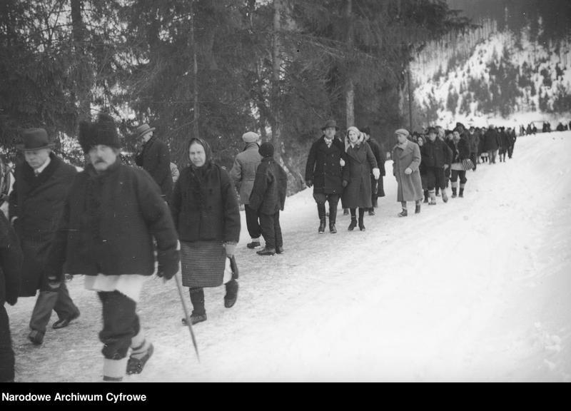 Obiekt Grupa Hucułów idących zaśnieżoną drogą. z jednostki Huculskie typy ludowe