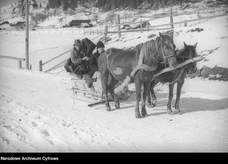 Obiekt Huculi jadący wiejską drogą w saniach zaprzężonych w konie. z jednostki Huculskie typy ludowe