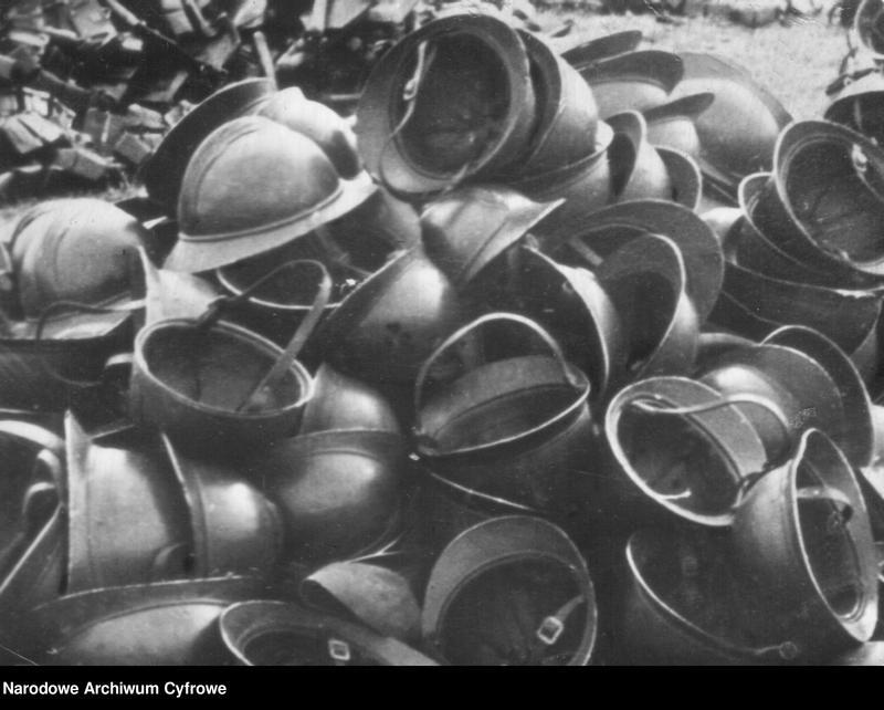 """image.from.unit.number """"Hełmy polskiej kawalerii zdobyte przez Niemców"""""""