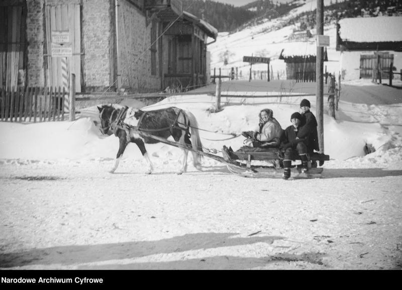 Obiekt Huculi jadący przez miasteczko saniami zaprzężonymi w konia. z jednostki Huculskie typy ludowe