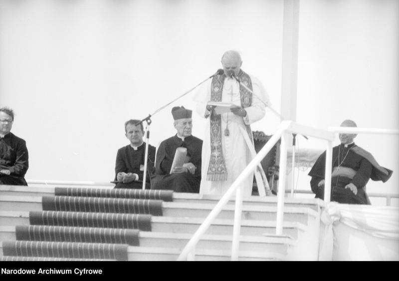 """Obraz 16 z jednostki """"Spotkanie papieża Jana Pawła II z wiernymi w Gębarzewie pod Gnieznem podczas I pielgrzymki do Polski"""""""