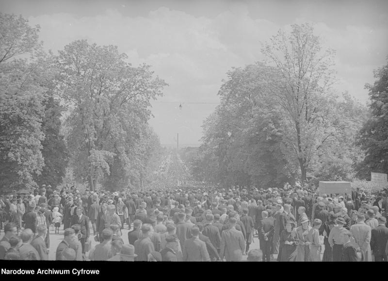 Obiekt Tłum ludzi na drodze prowadzącej do klasztoru na Jasnej Górze. z jednostki Częstochowa