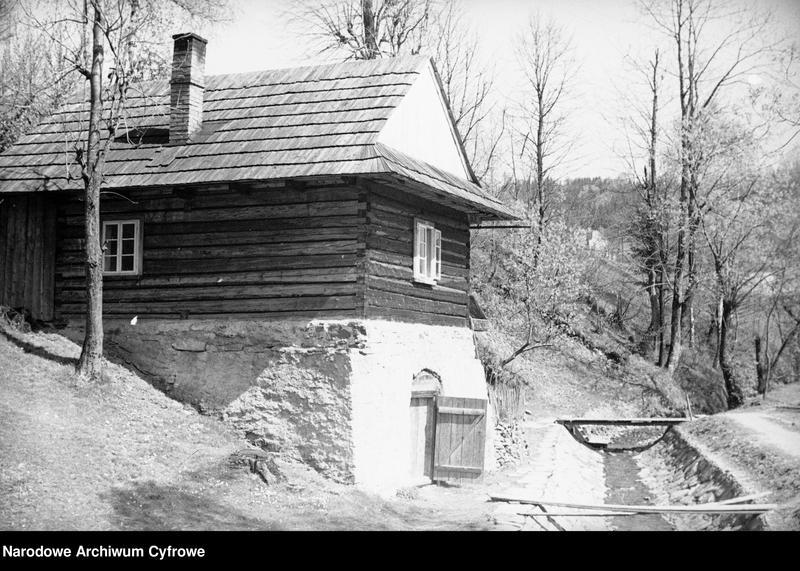 Obiekt Fragment drewnianego domu przy strumyku. z jednostki Wisła