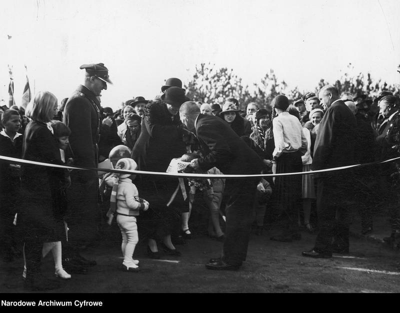 """Obraz 3 z jednostki """"Uroczyste otwarcie w Babicach osiedla im. Aleksandry Piłsudskiej dla weteranów walk o niepodległość"""""""