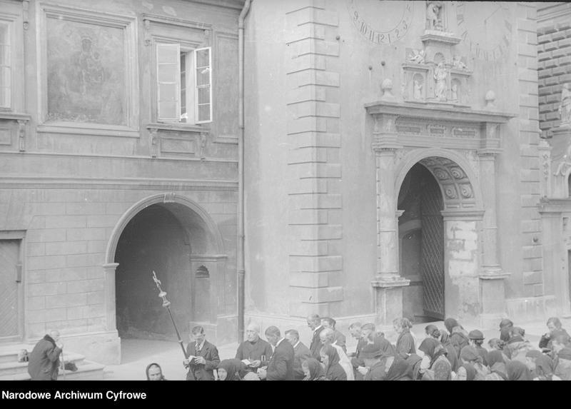 Obiekt Grupa pielgrzymów na dziedzińcu klasztornym. z jednostki Częstochowa