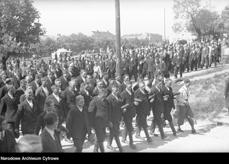 Obiekt Grupa mężczyzn podczas przemarszu. z jednostki Częstochowa