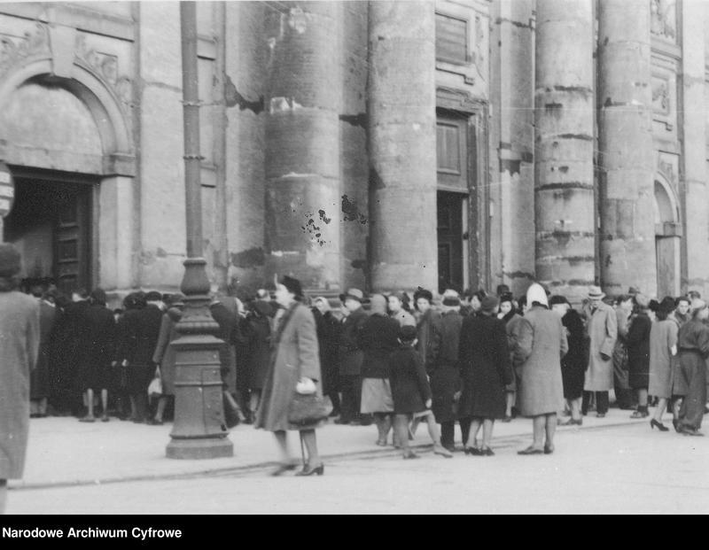 """Obraz 3 z jednostki """"Kolejki do kościołów w Wielką Sobotę w Warszawie"""""""