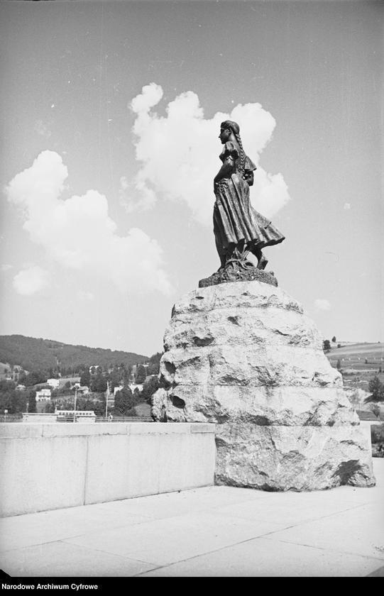 """Obiekt Posąg """"Źródła Wisły"""" przedstawiający dziewczynę. z jednostki Wisła"""